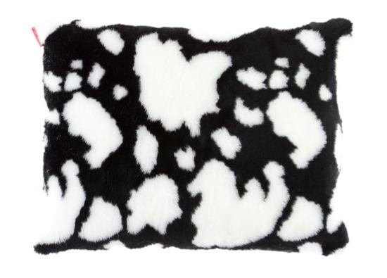 Futrzana poduszka dekoracyjna KRÓWKA czarny 40x50 cm